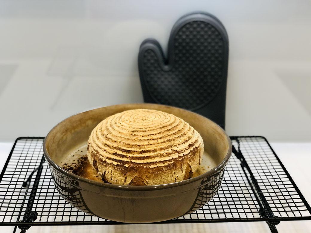 Selbst gebackenes Mischbrot, gebacken in der runden Stoneware Liela von Pampered Chef