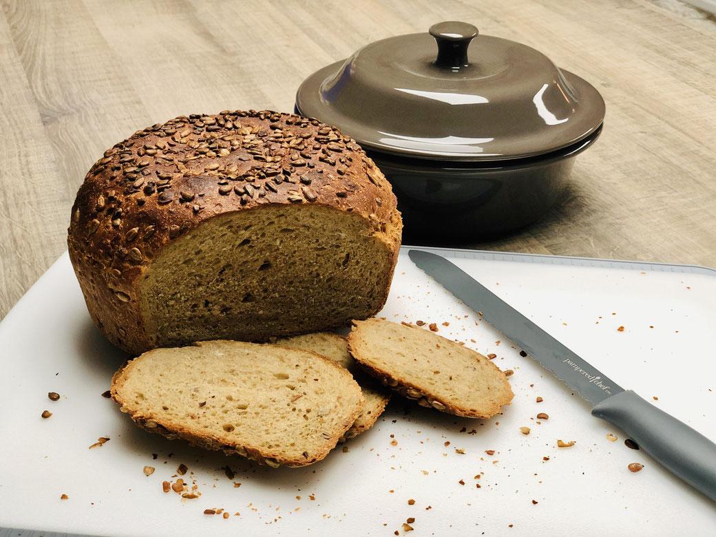 Knusprig und fluffig, so muss ein Brot schmecken aus dem runden Zaubermeister oder der Lily Stoneware Brotbackform.