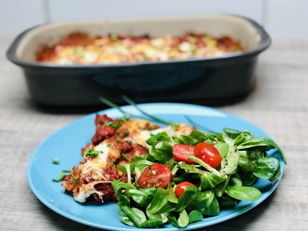 Ruckizucki Maultaschen Auflauf aus der rechteckigen Ofenhexe® von Pampered Chef® Dazu reichst du eine lekeren Salat. Schnell zubereitet im Backofen und super lecker.