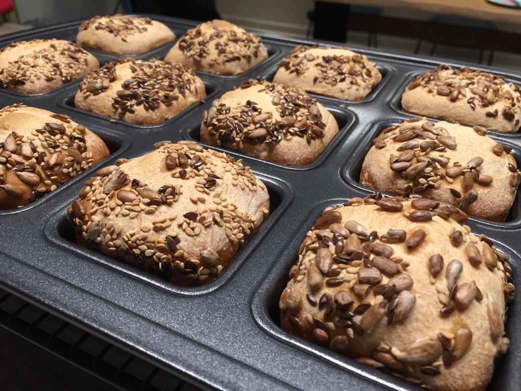 Brownieform Deluxe  Ideal für Brownies, Mini-Kuchen, Pizzen bis hin zu Polenta und anderem Finger-Food, hervorragende Wärmeverteilung für Knusprigkeit rundherum, Antihaft-Beschichtung für leichtes Entnehmen und Reinigen. Keep & Carry - der perfekte Aufbew