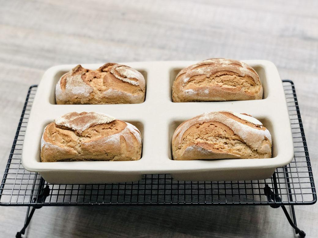 Eines unserer vielseitigsten Produkte: Mit der Mini-Kastenform zaubern Sie kleine Brote oder Kuchen für Ihre Party, ein komplettes Menü auf einmal, Hac kbraten und vieles mehr. Außen: 38,5 x 24 x 6 cm. Jede V ertiefung 375 ml.
