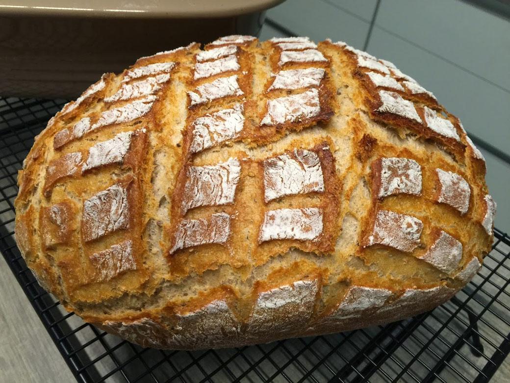 Joghurtkrustenbrot aus dem Ofenmeister von Pampered Chef® Lecker, knusprig und weich zugleich. Auf dem Kuchengitter von Pampered Chef gut ausgekühlt ist es ein Brot auf das du süßes aber auch ebenso deftiges drauf legen kannst. Ein Brot für alle Fälle aus