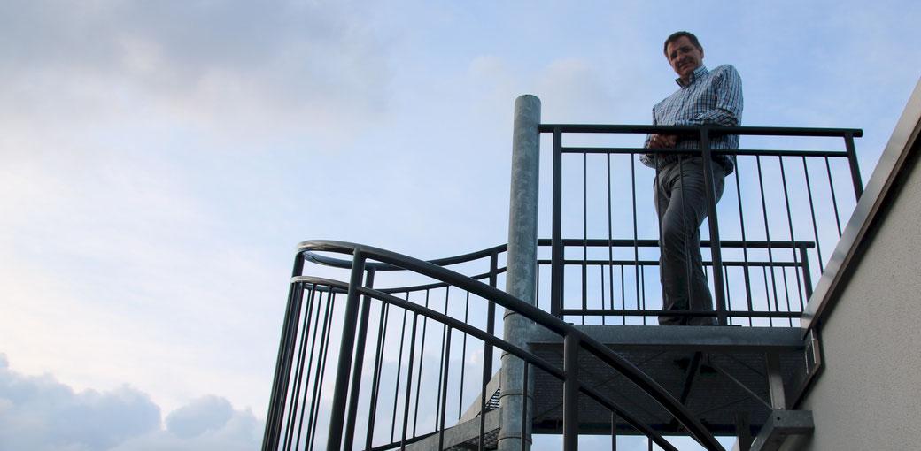 Ralf Herzog - auf dem Dach über seiner zweistöckigen Wohnung
