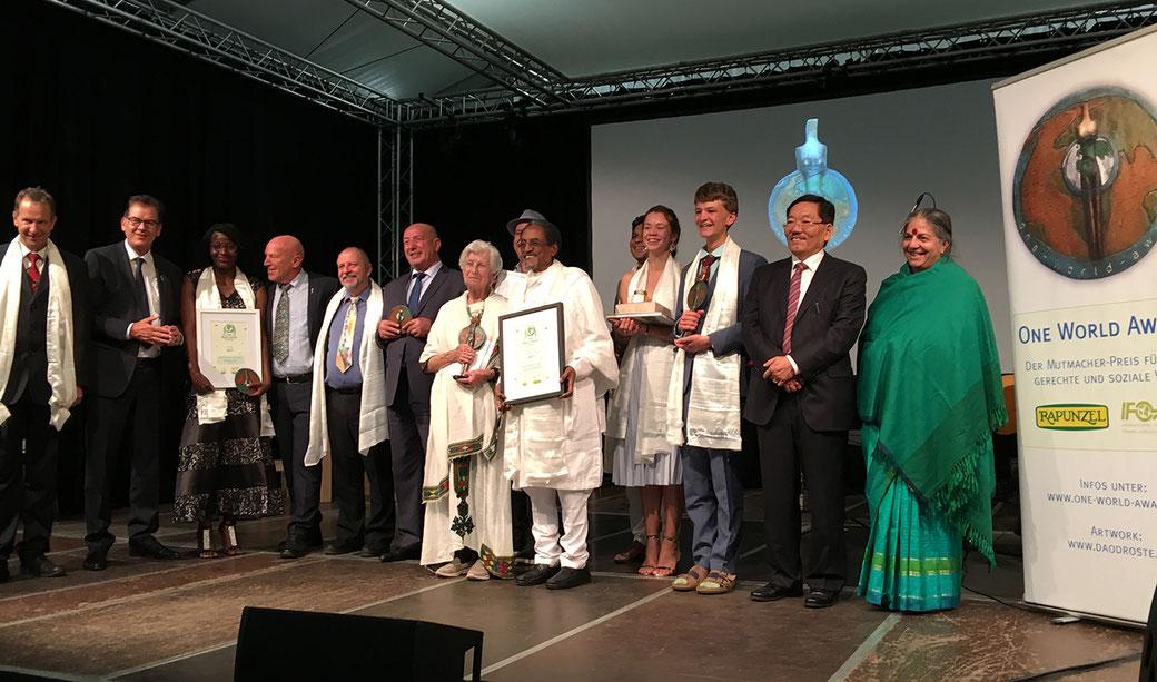 2. v. links: Bundesminister Gerd Müller, 4. v. links: Rapunzel Gründer Joseph Wilhelm, 2. v. rechts: Ministerpräsident v Sikkim, Indien: Shri Pawan Chamling