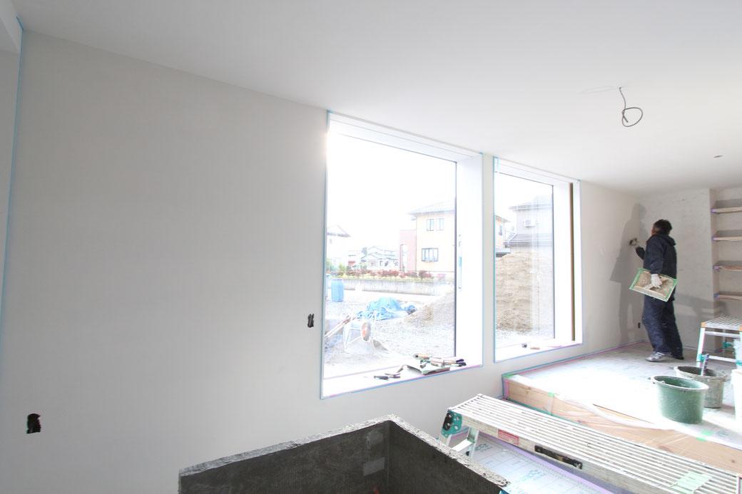 内壁、天井は漆喰仕上げ。炭酸カルシウムを主原料とし、様々なミネラル(鉱物)などを配合して作られた天然成分にこだわった塗り壁を使用しています。無垢材と同じく漆喰にも調湿効果があり、その他にも防臭性、防火性などの機能を持っています。またひと塗りひと塗り丁寧に施工してくれる左官職人さんの手仕事も大事に継承しています。