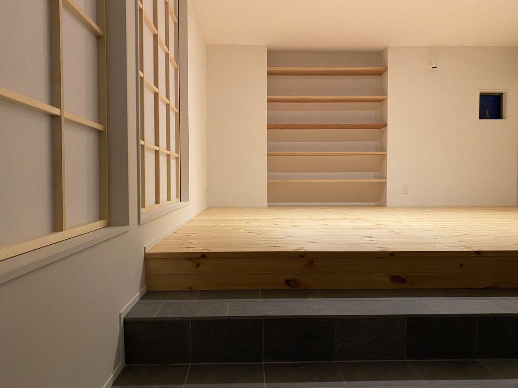 外壁や床はもちろん、見えるところだけではなく構造材にも無垢材を使用。無垢材には調湿効果※1があり、部屋の湿度が高いときには無垢材が湿気を吸収して、ジメジメとした不快感を軽減してくれます。反対に、湿度が低い時には無垢材から水分が放出されるので、室内の乾燥を防いでくれ、快適な空間が実現できます。蓄熱性もあるため冬でも冷たくありません。※1湿度を増減させる操作のこと