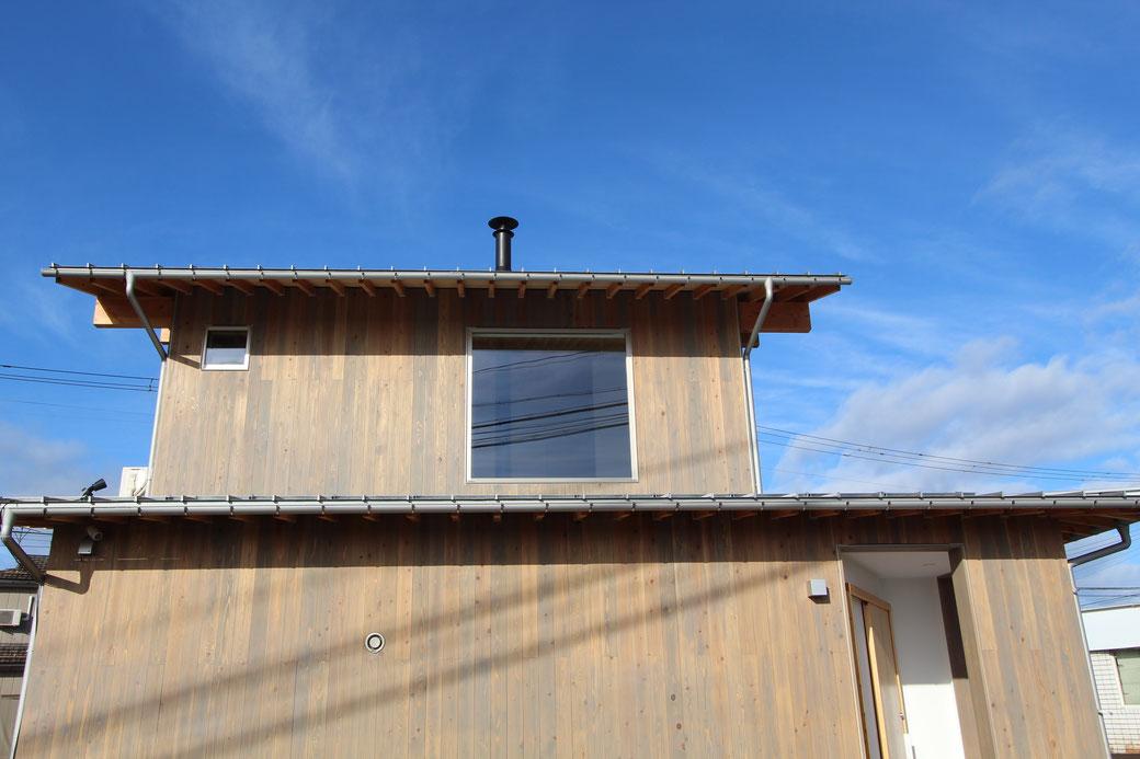 外壁には、無垢材の杉板を使用。杉は水に強く外壁に適しています。木材保護塗料にはプラネットカラーのウッドコートを使用。100%植物油と植物性ワックスを使用した自然塗料です。外部での耐候性にも優れています。