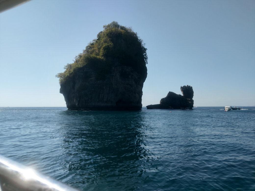 """<img src=""""Felsen im Meer.jpg"""" alt=""""Felsen im Meer Koh Phi Phi Tour Bild"""">"""