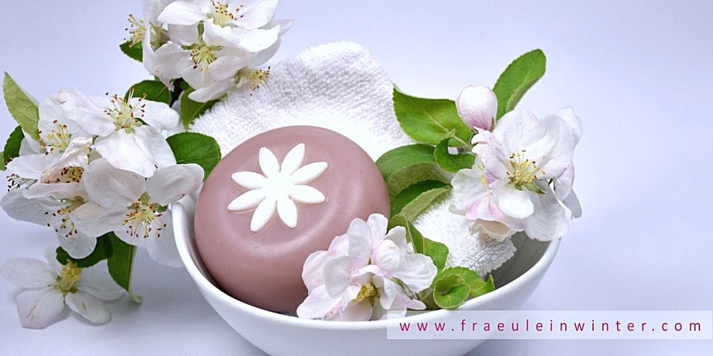 Handgemachte Seife und Apfelblüten