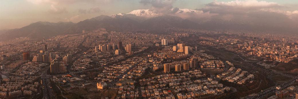 Am Rande der Millionenstadt Teheran. Vom Milad-Tower (435 m) aus.