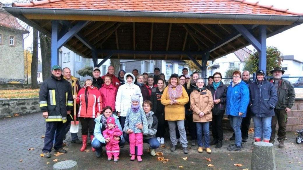 Die Helferinnen und Helfer strotzen dem Regen
