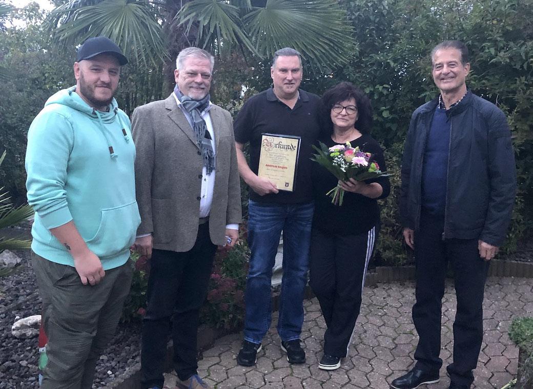 Überraschung zum Geburtstag: Der Vorstand des SSV gratulierte Andreas Engels und überreichte ihm und seiner Frau Angela eine Urkunde und ein Präsent anlässlich der 50-jährigen Mitgliedschaft im Verein.