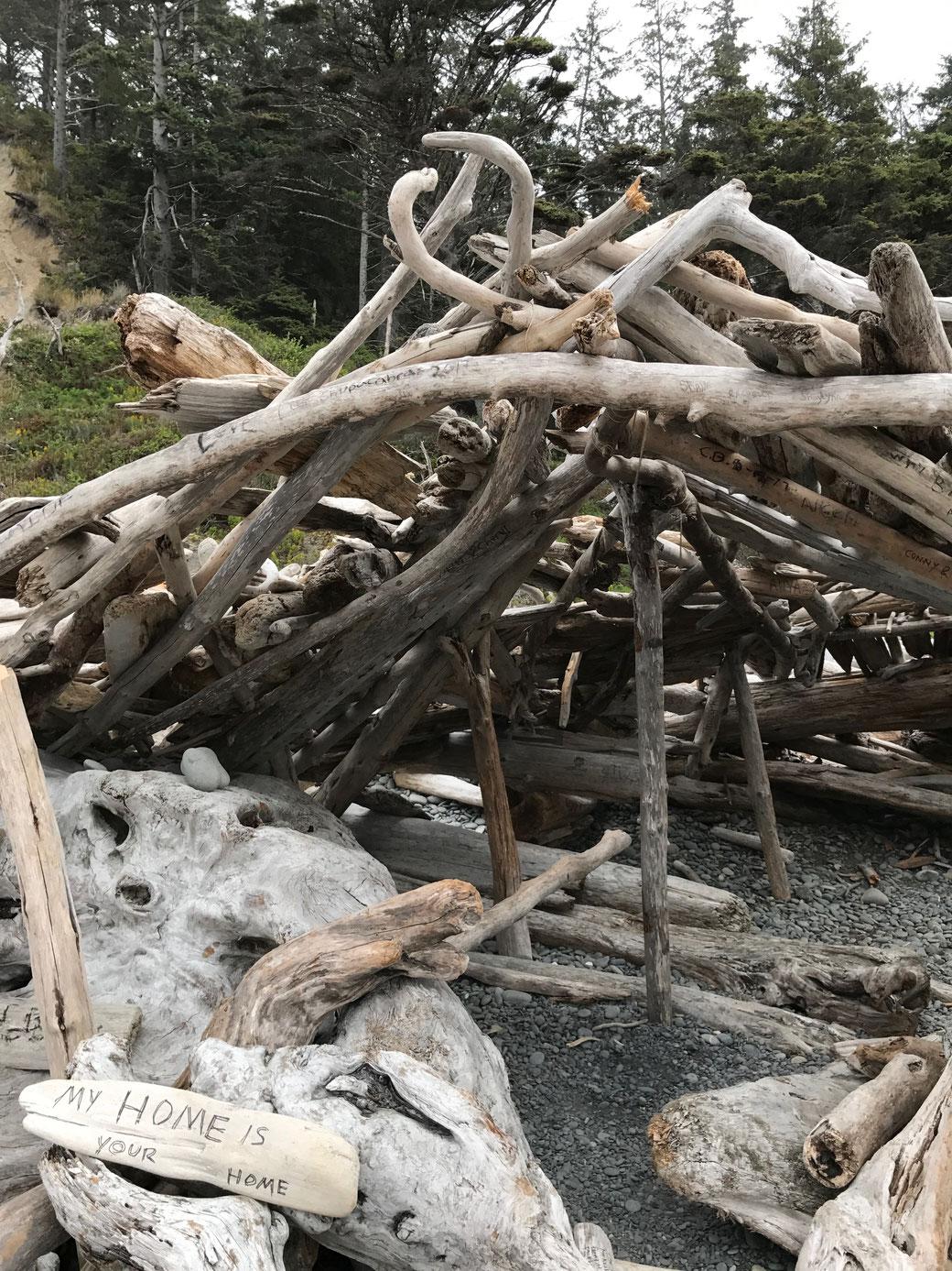 My home is your home. In den zahlreichen Verschlägen aus Treibholz findet man Schutz vor Wind und Wetter.