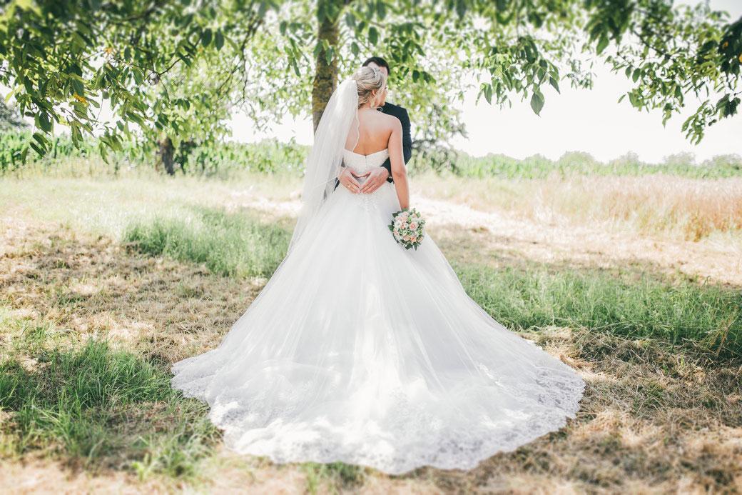 Sommerliche Hochzeitsportraits im Feld