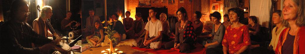 Adam Callejon chante un kirtan à Uzès, paix, énergie, méditation, transe vocale,chant traditionnel indien, chant sacré de l'Inde, Mantras, sanskrit