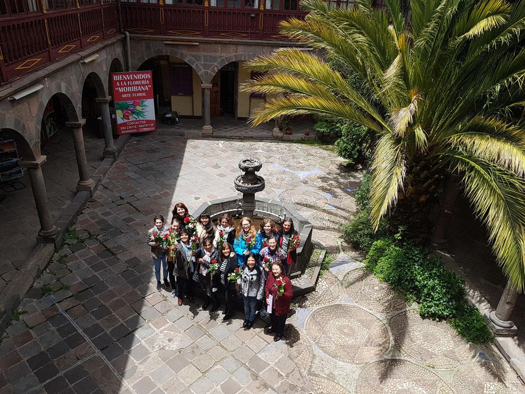Alle Lehrerinnen, Schülerinnen und die Praktikantin von unserer Sprachschule Acupari mit ihren Röschen.