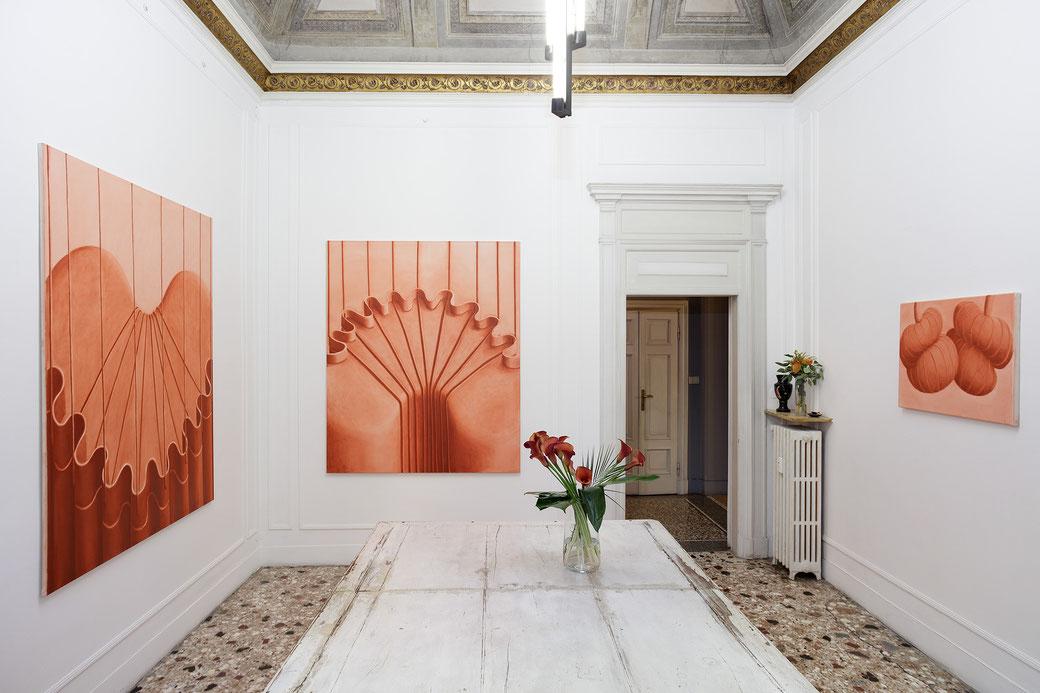 """Pia Krajewski, solo exhibition """"Sight and Touch"""" 2021, Artuner Milano, oT (Apparat Back) 2021, oil on canvas, 180x150cm,oT (Apparat) 2021, oil on canvas, 180x150cm, oT (Twins) 2021, oil on canvas, 60x80cm, Foto: Filippo Armellin"""