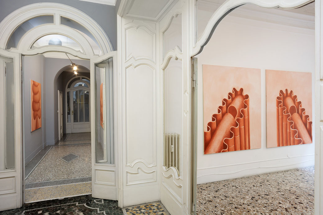 """Pia Krajewski, solo exhibition """"Sight and Touch"""" 2021, Artuner Milano, oT (tower) 2021, oT (cape) 2021, oT (sweets) 2021, Foto: Filippo Armellin"""