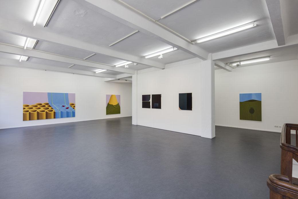 "Pia Krajewski, ""Come Close and Step Back"" curated by Jurriaan Benschop, Künstlerhaus Bethanien 2019, Artuner, middle wall: Irina Ojovan, Foto: David Brandt"