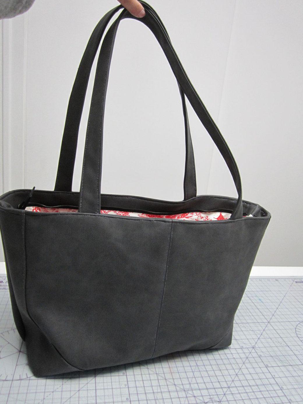 7668655edb Voici le modèle choisi par ma fille Mariette. L'extérieur est en simili et  l'intérieur est doublé coton. Le modèle est un inspiré d'un sac existant  acheté ...