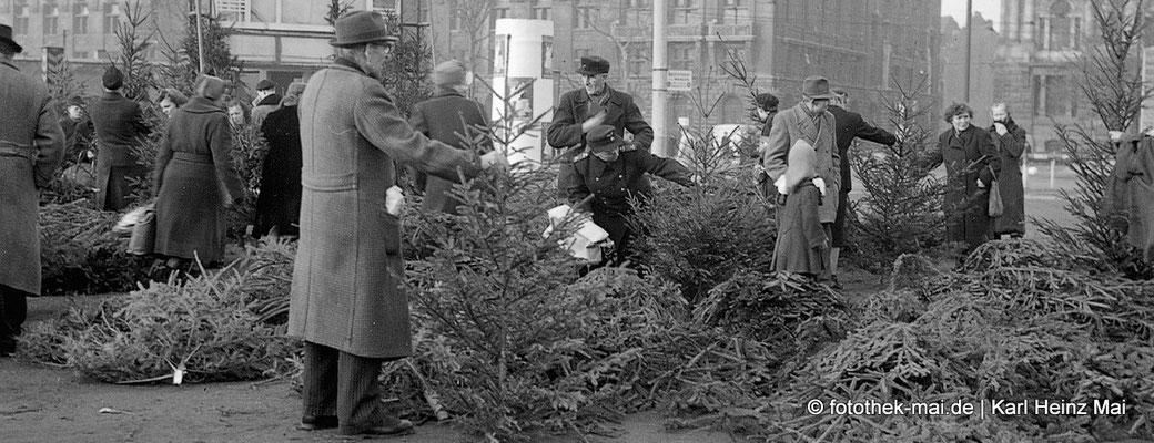 Auswahl an Weihnachtsbäumen mit Kunden
