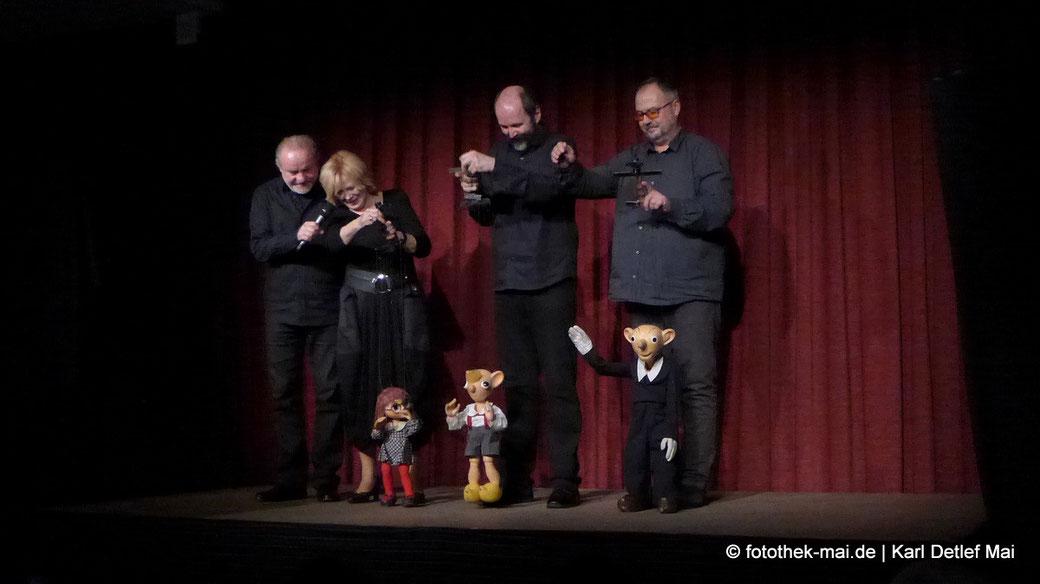 Bühnenbild mit Spejbl, Hurvinek und Manicka und ihren Marionettenspielern