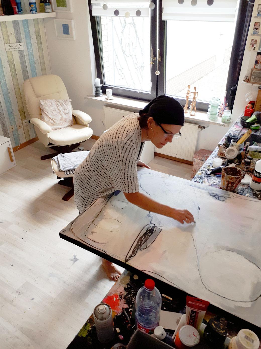 Abstraktes Gemälde weiss, beige rosa - Künstlerin im Atelier