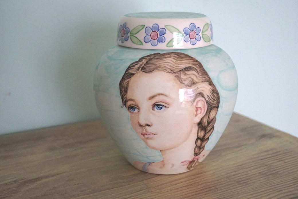 Unieke-handbeschilderde-urnen-Unieke-handbeschilderde-kinderurnen-handgeschilderde-kinderurnen-handbeschilderde-kinder-urnen-handgeschilderde-kinder-urnen-unieke-maatwerk-urnen-maatwerk-urn-voor-kind-urn-voor-thuis-unieke-kinder-urn-met-portret-kind