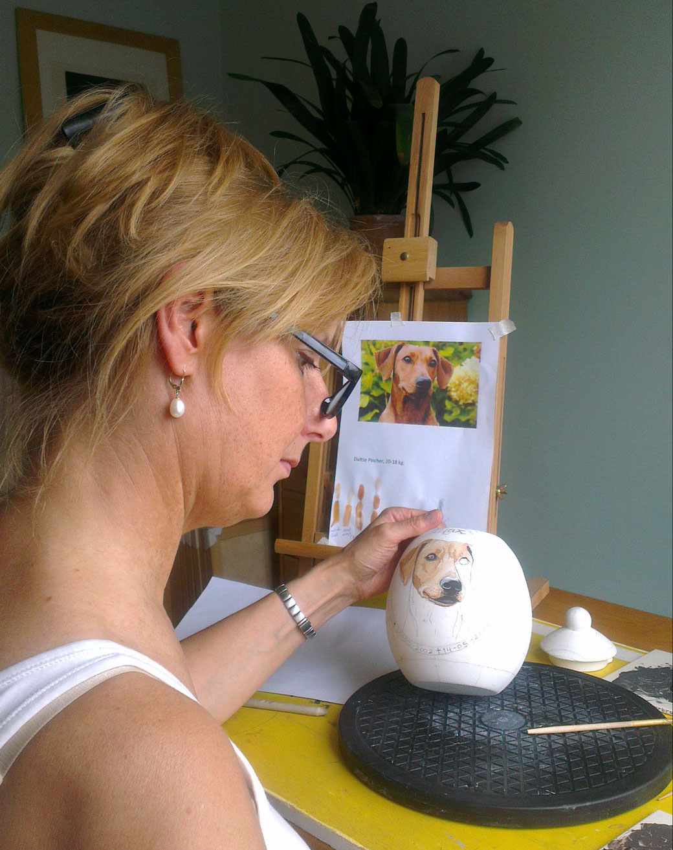 Wil-van-der-Plas-Beeldend-Kunstenaar-Portretschilder-Illustrator-Designer-Plateelschilder-Bedrijfsleider-van-Phebe-Portret-Urnen-Maatwerk-Urnen-persoonlijke-urn-Bijzondere-Urnen-plateelschilder-Handgemaakte-Urnen-Urn-laten-maken-Urn-laten-beschilderen