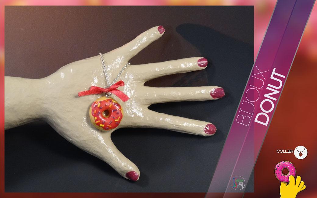 Donut Collier Collier en formes de donut nappé d'un glaçage rose décoré de petits vermicelles de couleurs. Bijoux vendu à l'unité : 3,50€