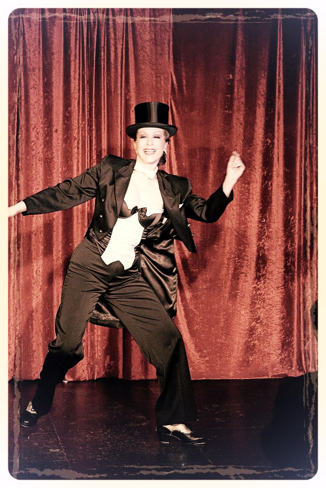 Steptänzerin Dixie Dynamite mit rasantem Steptanz ganz klassisch im eleganten Frack. Tap Dance made in Germany, inspired by old Hollywood musicals.