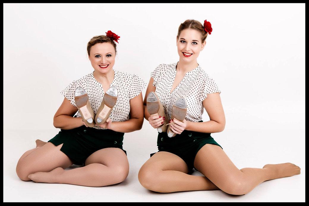 """Romy und Magdalena vom auftrittserfahrenen Amateur-Steptanzduo """"Schepper Sisters"""" aus München. Die beiden flotten Mädels können Sie über uns buchen für Showeinlagen in verschiedenen Steptanzstilen von 5 bis 20 Minuten Länge."""