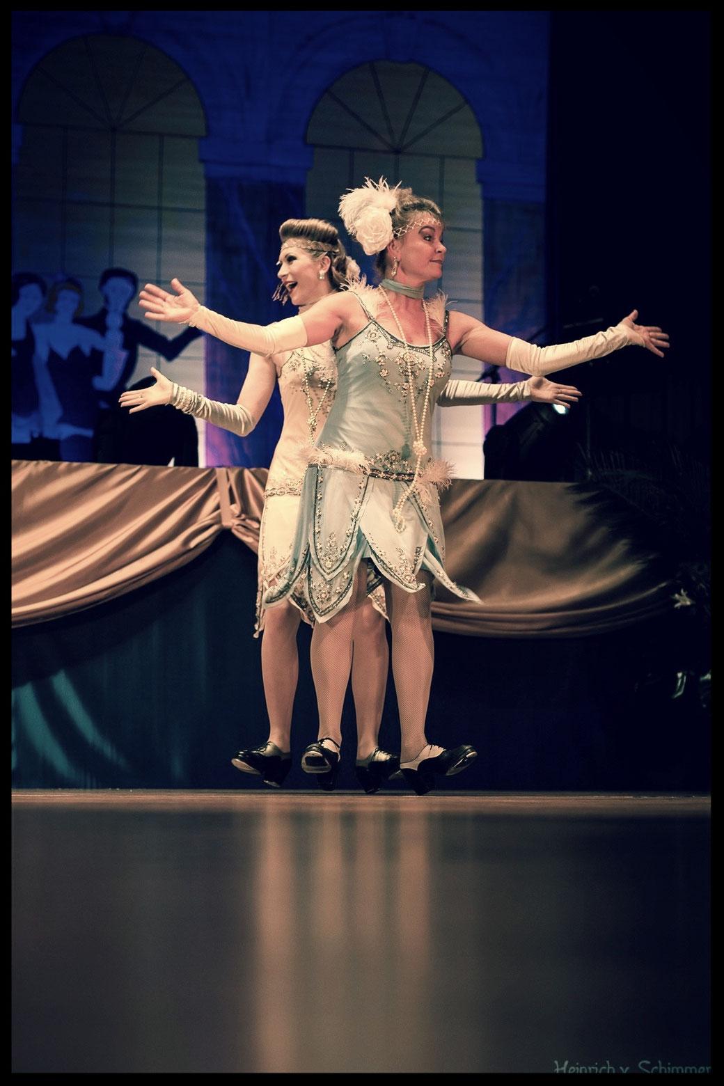 """Das Duo """"Dixie & Daisy Dynamite"""" ist spezialisiert auf 1920er-Jahre-Entertainment, mit einem kurzweiligen Programm aus Steptanz, Charleston, Gesang, Comedy und Burlesque.  Dixie kommt hier im Doppelpack zusammen mit Künstlerin Julia Kempken aus Nürnberg."""