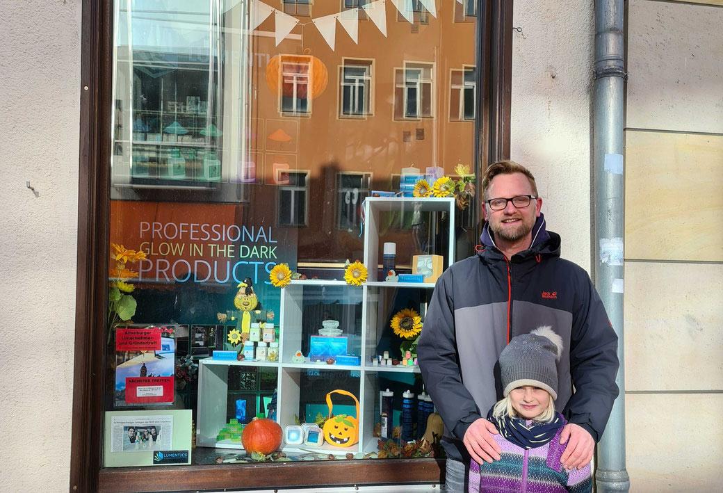 """Lars Erhardt und Tochter Maja vor ihrem """"Familienschaufenster"""" von Lumentics, das das Voting gewann. Foto: Elias Seifert"""