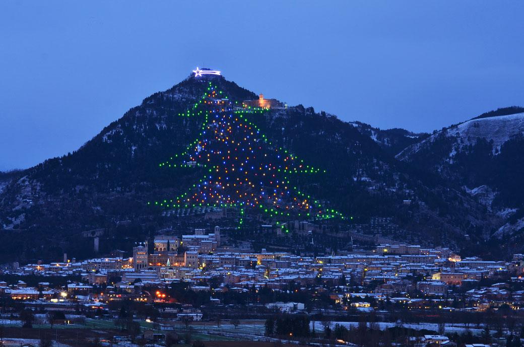 Eine italienische Weihnachtsgeschichte der Superlative: Der Weihnachtsbaum von Gubbio
