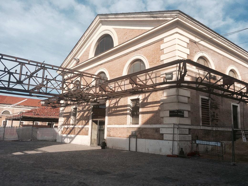 Eines der zahlreichen Gebäude des Ex-Mattatoio. Die Fördervorrichtungen und Beschriftungen der Häuser sind erhalten worden.