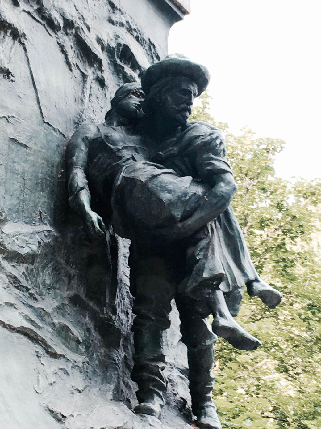 Auf dem Sockel des Denkmals trägt Guiseppe seine kranke Anita durch Norditalien.