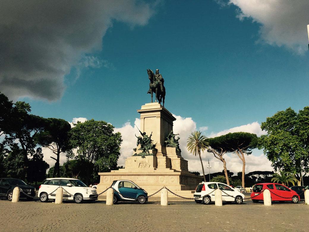 Pünktlich um 12 Uhr knallt es zu Füßen des Reiterdenkmals auf dem Gianicolo.