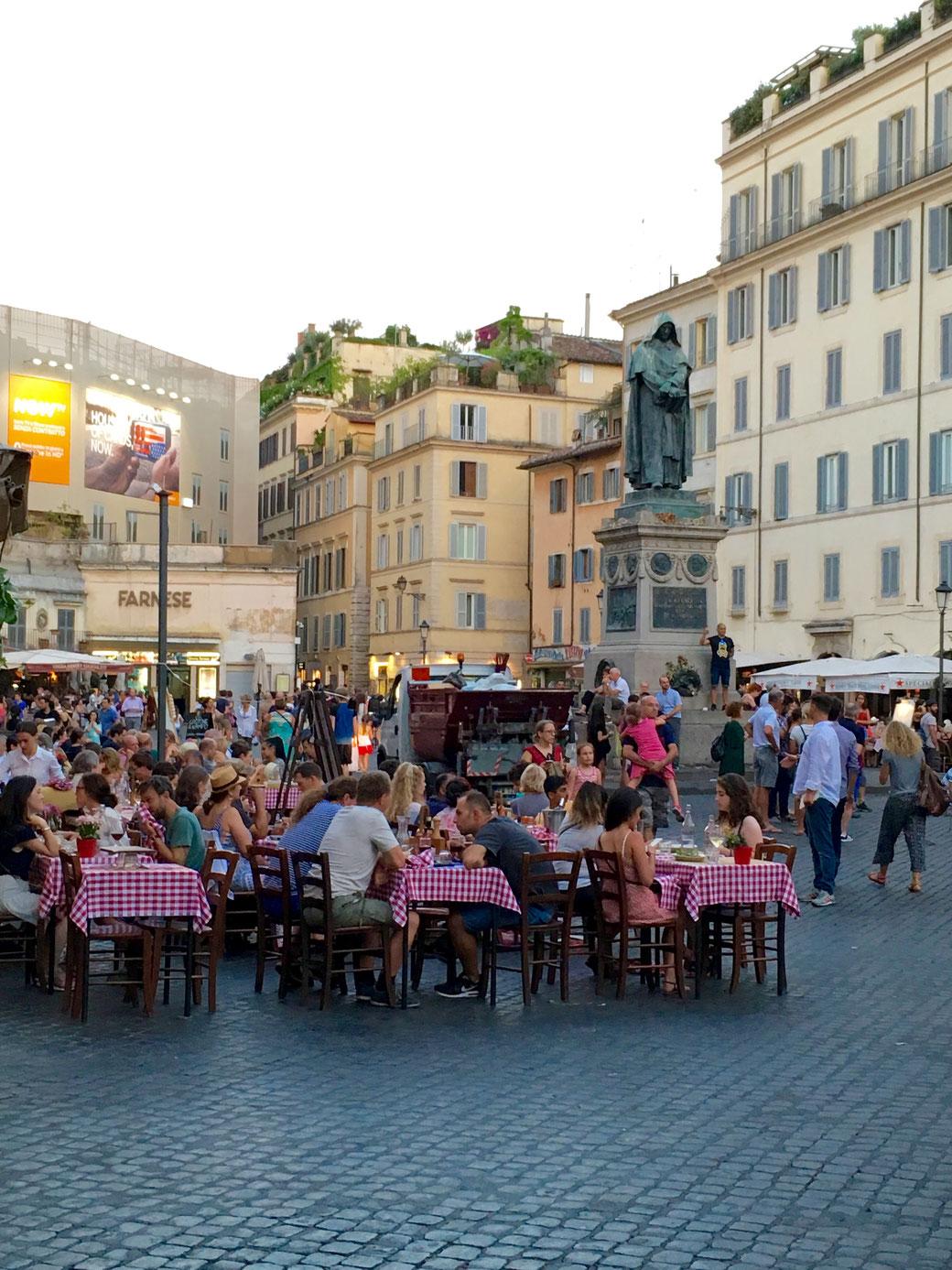 Restaurants am Campo de Fiori in Rom - Wenn am Abend die Marktstände abgebaut werden, erobern die Nachtschwärmer den Platz