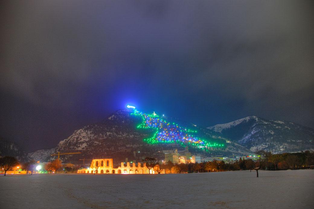 Gubbio, das angestrahlte Amphitheater  und der größte Weihnachtsbaum der Welt.