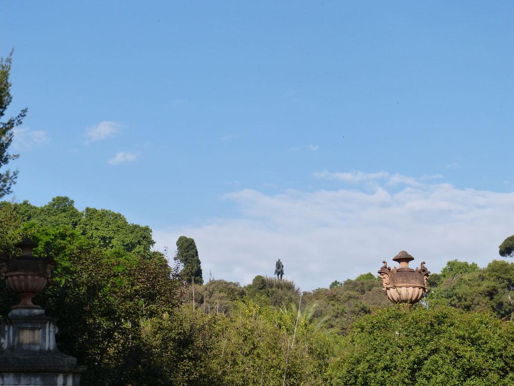 Der Botanische Garten in Trastevere. Über den Bäumen schaut das Reiterdenkmal des Freiheitskämpfers Garibaldi hervor.