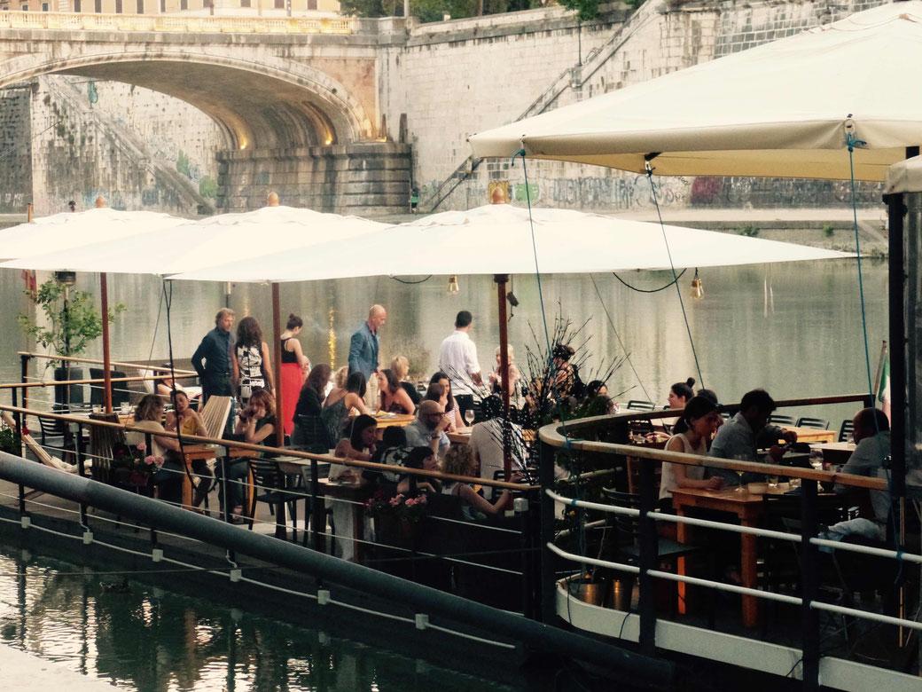 Aperitivo Stunde auf dem Baja - Ein Restaurant-Boot auf dem Tiber