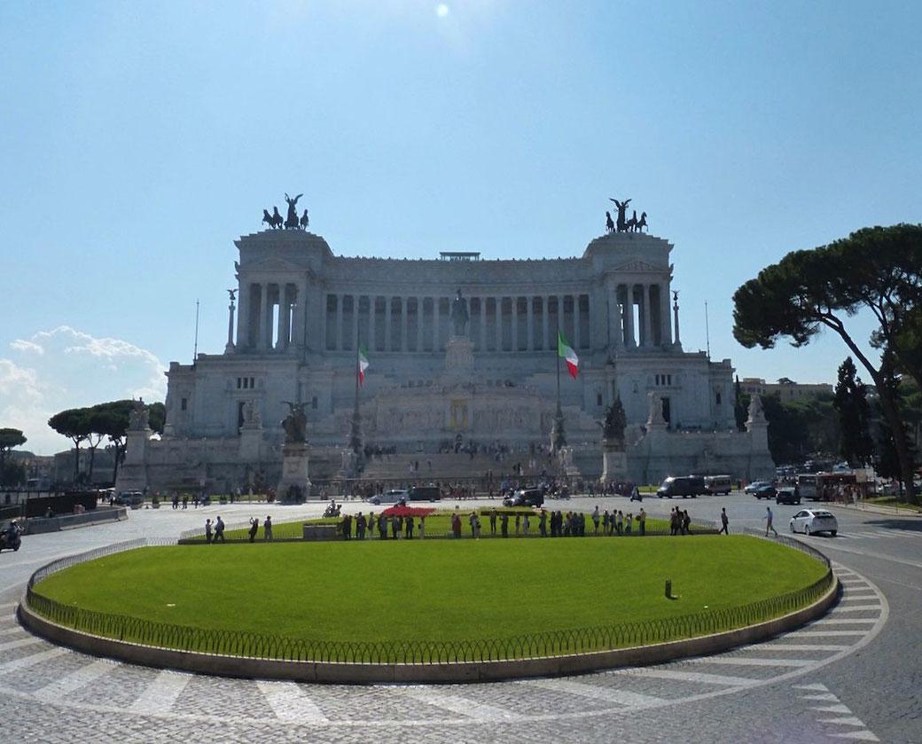 Rom: Das Vittoriano - auch Schreibmaschine - genannt in all seiner Pracht an der Piazza Venezia.