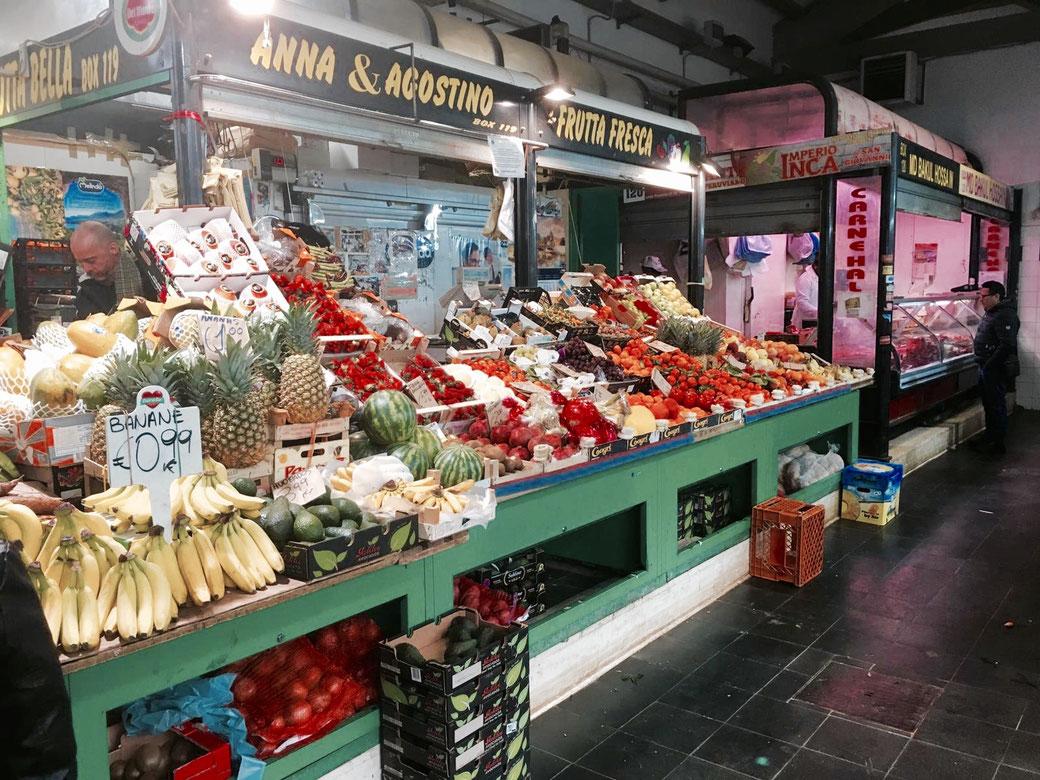 Farbenprächtiger Stand auf dem Nuovo Mercato Esquilino