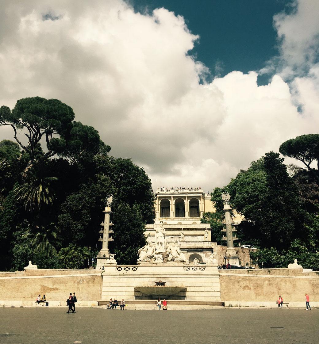 Blick von der Piazza del Popolo hoch zum Belvedere des Pincio-Hügels.