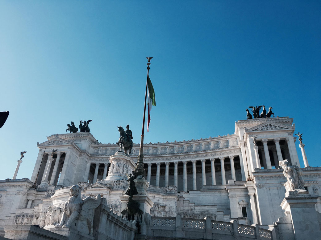 Das Nationalmonument zu Ehren des ersten italienischen Königs Vittorio Emanuelle II. nennen die Römer kurz Vittoriano oder Schreibmaschine.