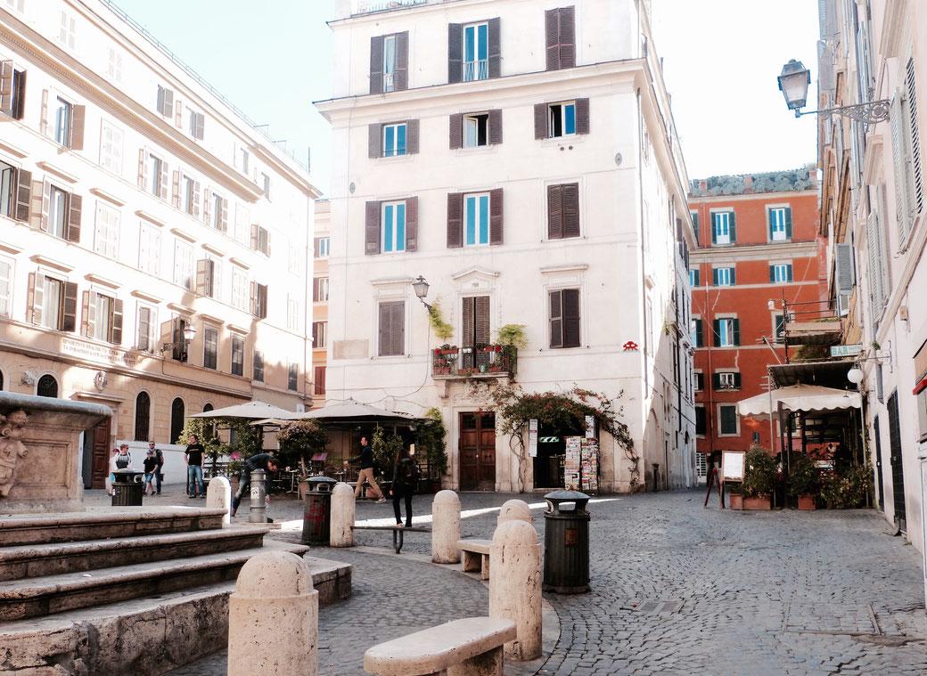 Das Café an der Piazza della Madonna dei Monti ist ein lauschiges Plätzchen für eine Cappuccino-Pause.