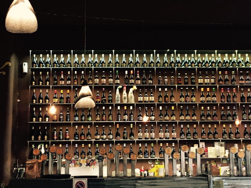 Im Open Baladin laufen 40 Biersorten aus den schicken Zapfhähnen. Dazu kommen noch Flaschenbiere aus der ganzen Welt..