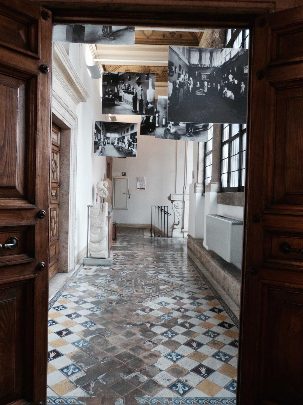 Die französische Lilie auf Fliesen. Ein Prälat aus der Betragne hatte den Bau des Palazzo Anfang des 16. Jhd. in Auftrag gegeben.