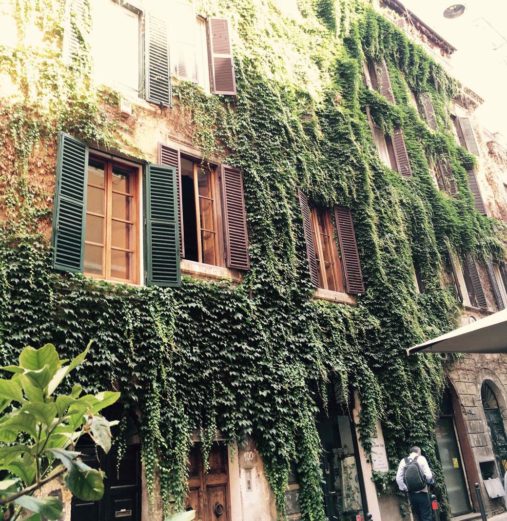 Pittoreske Hausfassade im Szeneviertel Monti in Rom.